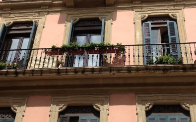 San Sebastian old town luxury & romantic holidays rental apartment: elegant building facade