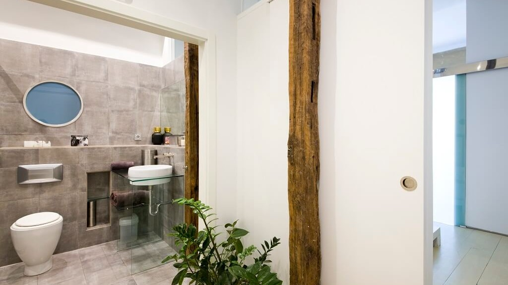 San Sebastian old town luxury & romantic holidays rental apartment: spacious and modern bathroom