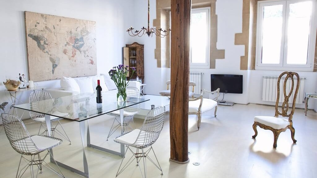 San Sebastian old town luxury & romantic holidays rental apartment: stylish decorated living room